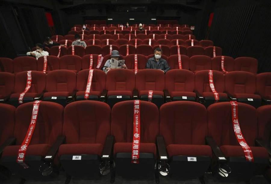 圖為京都的1間電影院,重啟後仍將部分座位貼上封條,以保持社交距離。(美聯)