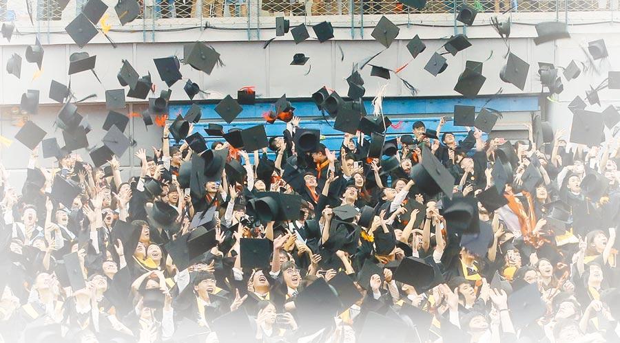 圖為台灣大學107學年度畢業典禮,學生拋學士帽。(本報資料照片)
