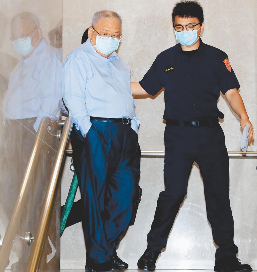 針對錢櫃火警造成六人枉死一事,台北地檢署22日以被告身分傳喚錢櫃董事長練台生(左)到案說明,兩小時後檢察官諭令他以100萬元交保併限制出境、出海。(季志翔攝)