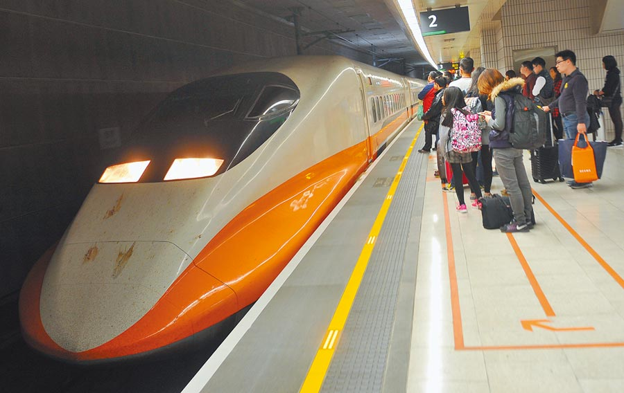 交通部22日宣布,站票及自由座在指揮中心決議通過解除限制前,雙鐵仍將維持現行的防疫方案。圖為台灣高鐵。(本報資料照片)