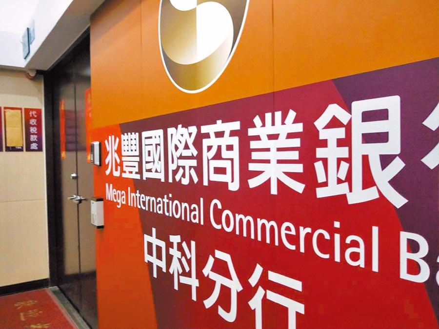 兆豐銀行中科分行22日被搶近20萬元,歹徒得逞後騎機車揚長離去。(陳淑娥攝)