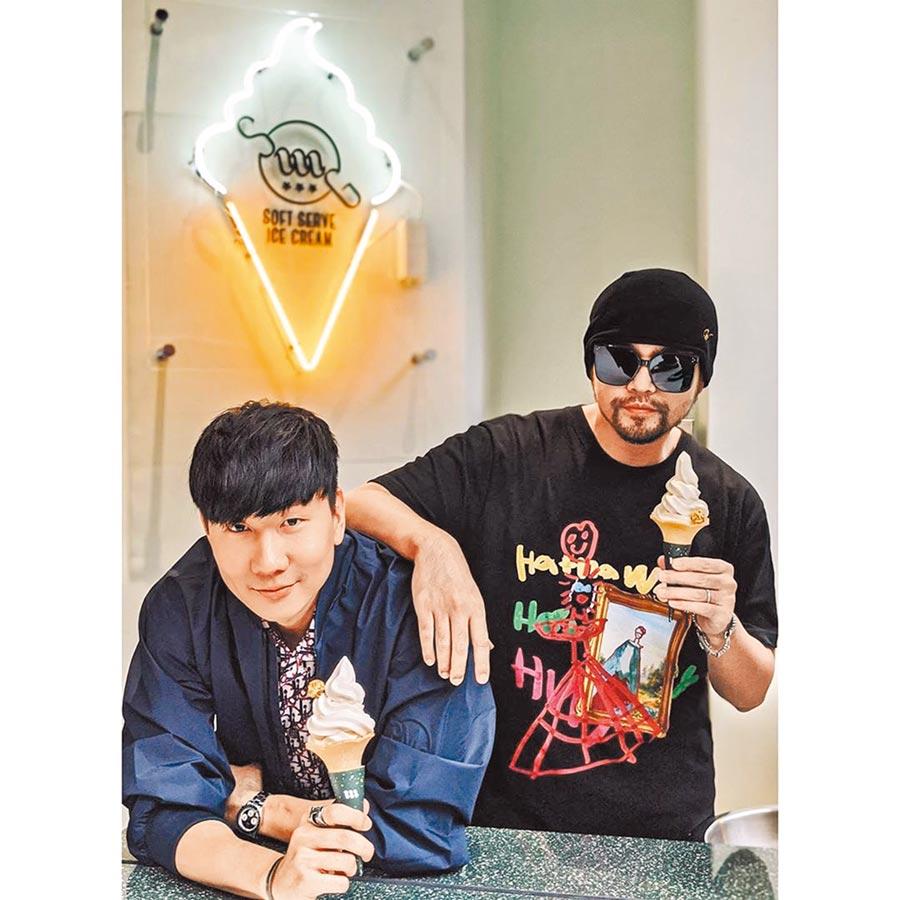 周董(右)搭JJ肩膀一同品嘗冰淇淋。(摘自IG)