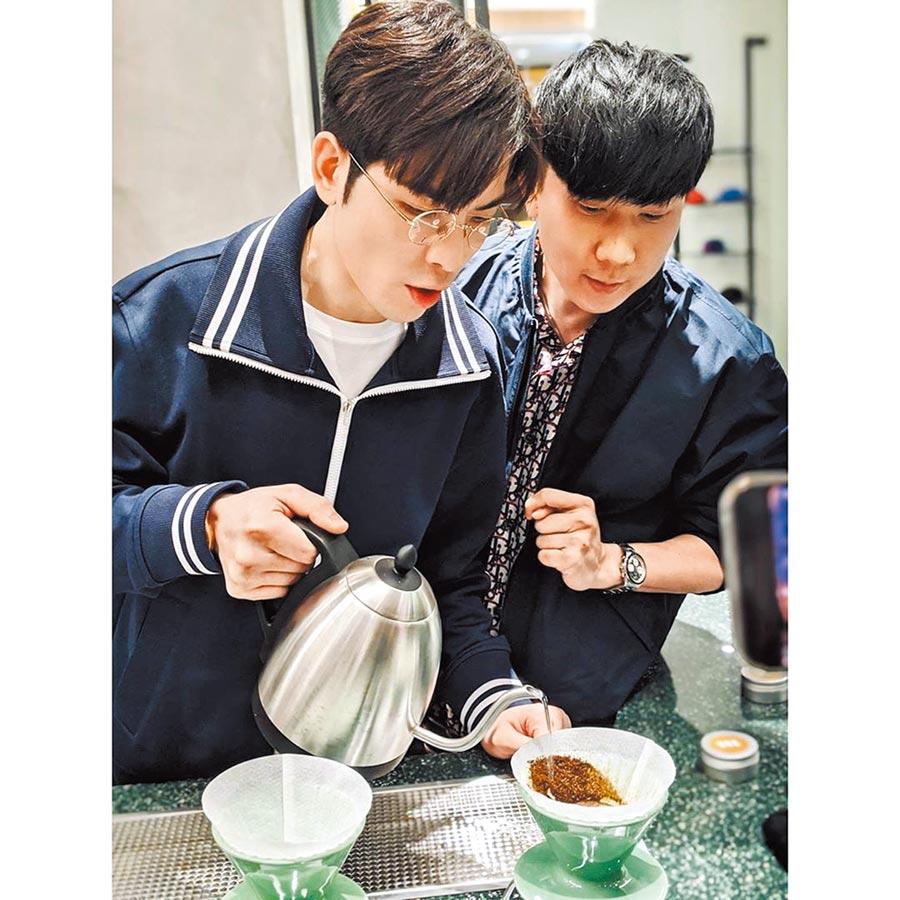 JJ(右)專心指導老蕭沖泡咖啡。(摘自IG)