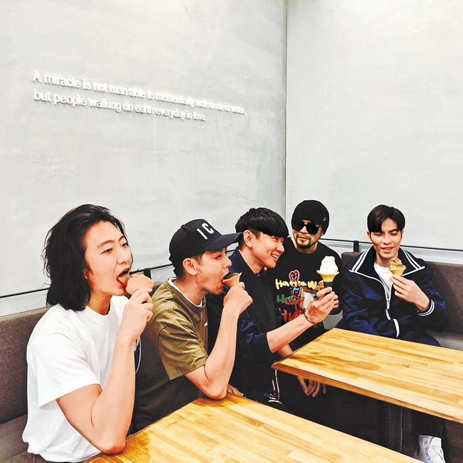 5位男神像孩童般開心吃著冰淇淋。(摘自IG)