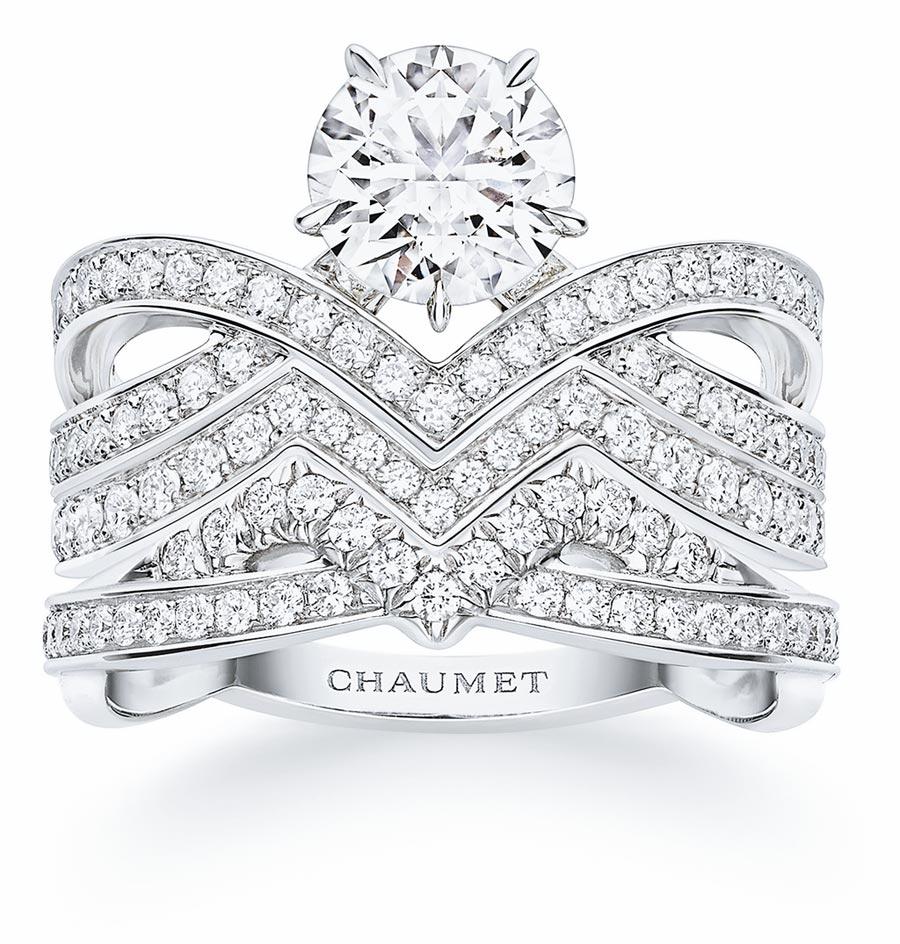CHAUMET的JOSEPHINE AMOUR D,AIGRETTE套戒,是由3枚戒指組成,可當求婚戒和婚戒佩戴,CP值很高。(CHAUMET提供)