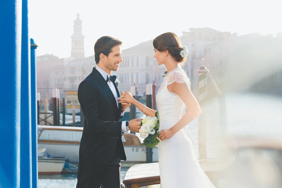 6月結婚旺季來臨,各家精品推薦結婚對戒,圖為蕭邦婚戒情境照。(CHOPARD提供)