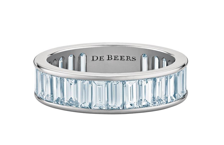 De Beers DB Classic Eternity鉑金長階梯形切割鑽石戒指,65萬5000元。(De Beers提供)