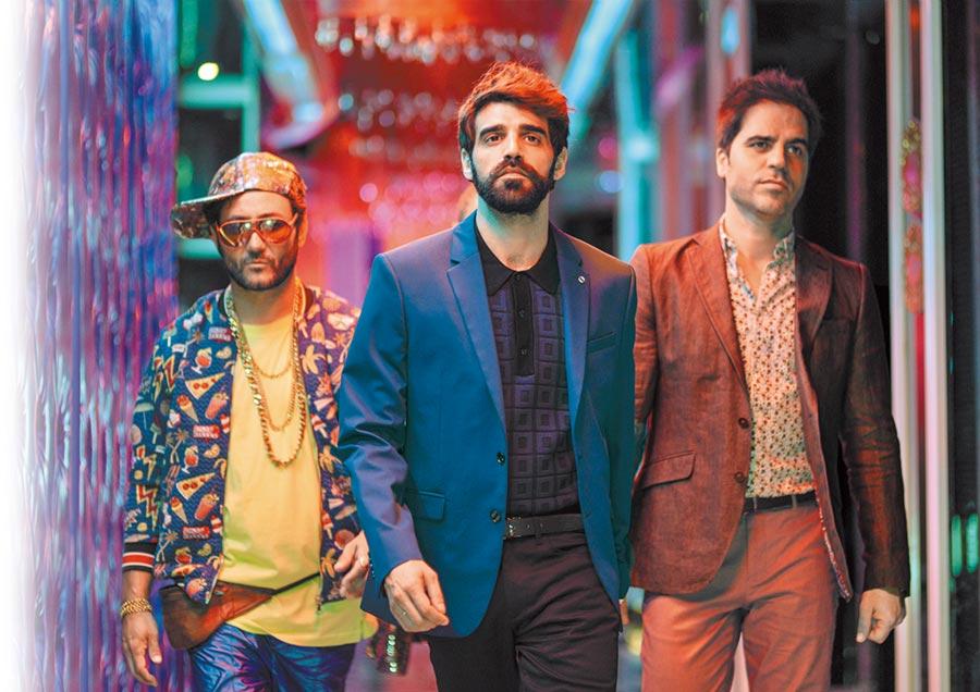 《放飛大丈夫》蟬聯西班牙雙週票房冠軍,由卡洛斯桑托斯(左起)、大衛貝爾塔格、埃內斯托塞維利亞主演。(采昌國際多媒體提供)