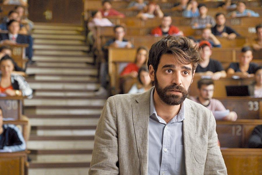 西班牙哥雅獎男星大衛貝爾塔格,這回詮釋廢柴教授努力搞笑。(采昌國際多媒體提供)