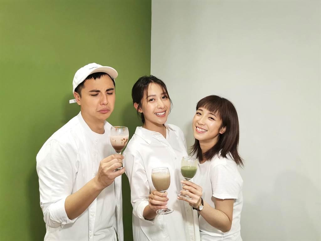 楊晴及梁舒涵、曾子余示範韓國火紅的「400次咖啡」。(TVBS提供)