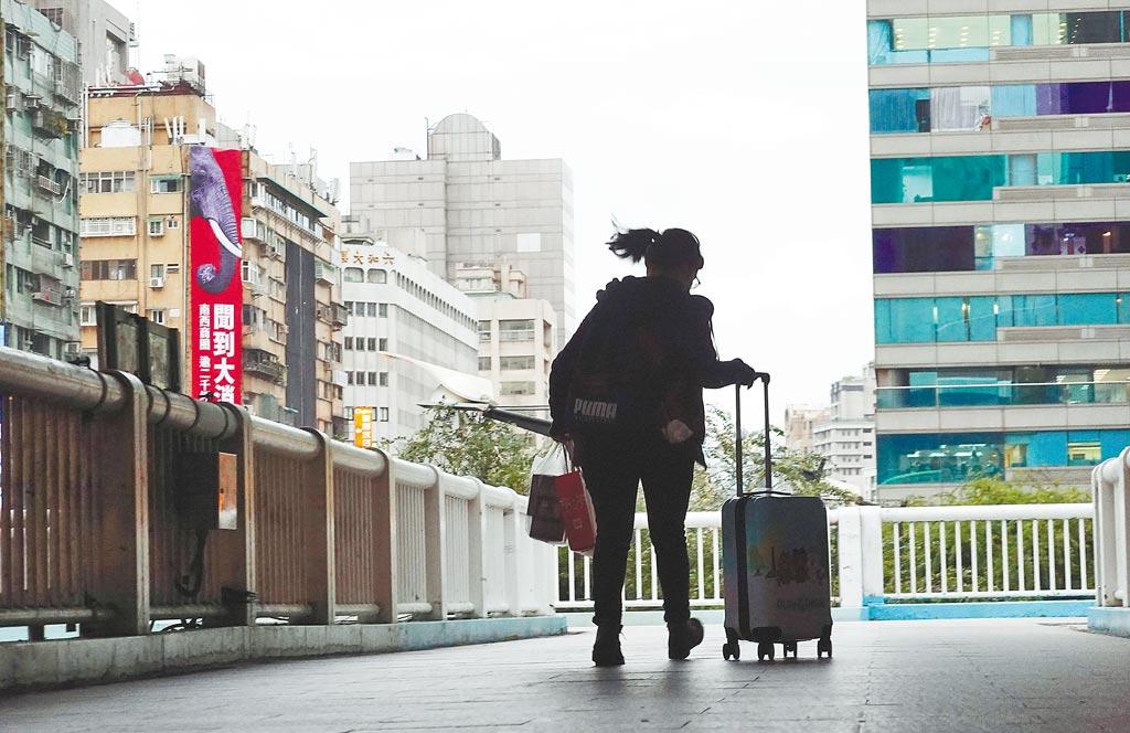 疫情衝擊全球經濟,不少原本在海外發展的青年,返回台灣謀生。職缺沒有變多的狀況下,年輕人就業競爭愈顯激烈。(本報資料照片)