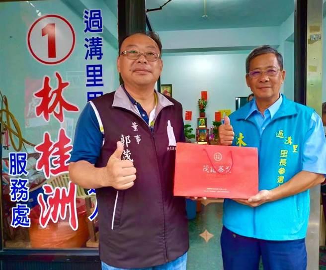 無黨籍的林桂洲(右)獲選嘉義市過溝里里長。(圖/摘自林桂洲臉書)