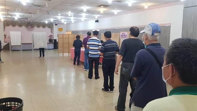 9個投開票所都要求黨員要量體溫、手部消毒、戴口罩才能投票。(蔡依珍攝)
