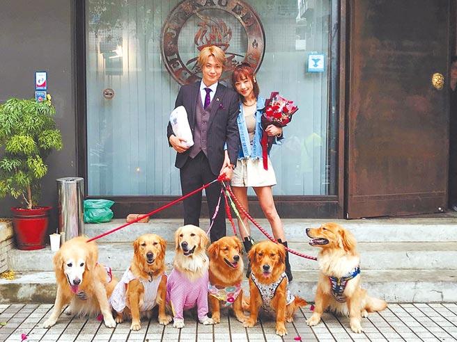 黃少谷(左)、Yumi昨開心與求婚小幫手黃金獵犬合影。(喜歡音樂提供)