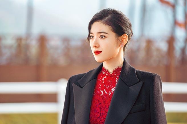 鄭恩彩零死角的美貌,被網友封為「最美總理」。(Netflix提供)