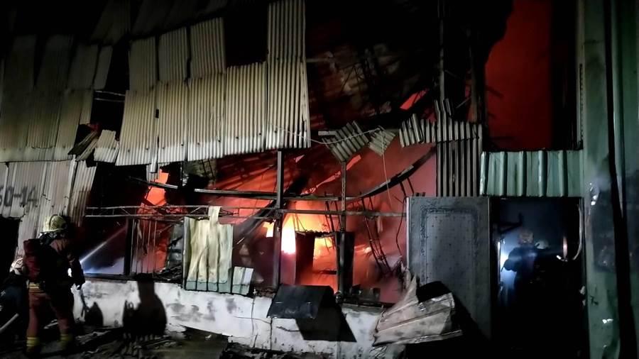 新北泰山區鐵皮屋凌晨大火全面燃燒,消防局全面搶救。(讀者提供/吳家詮傳真)