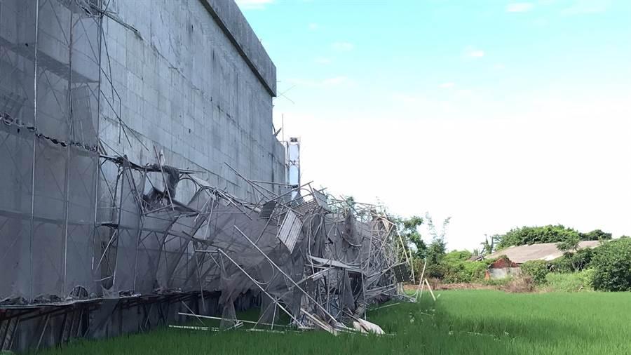 大甲廠房工地鷹架倒塌,幸無人員傷亡。(讀者提供/陳淑娥台中傳真)