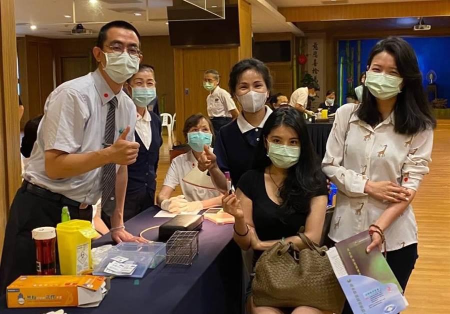 蔡女士(右二)開心的拿起自己建檔的血液和朋友拍照留念,也希望姪女能找到配對的人。