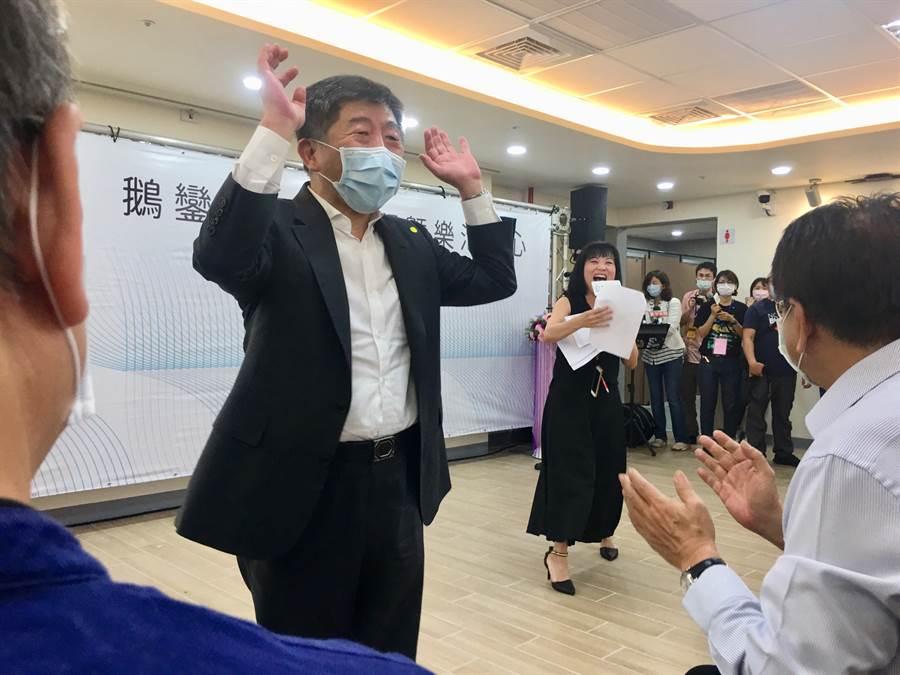 屏東縣政府特別準備月琴表演,邀請陳時中一同上台演出。(林周義攝)