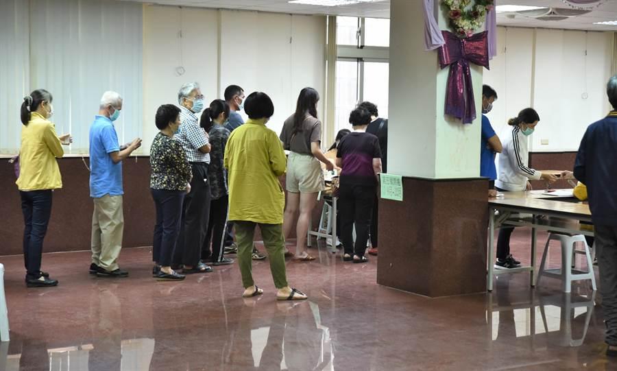 民進黨24日舉行全國黨代表暨縣市黨部主委改選,黨員到場等候投票。(林瑞益攝)