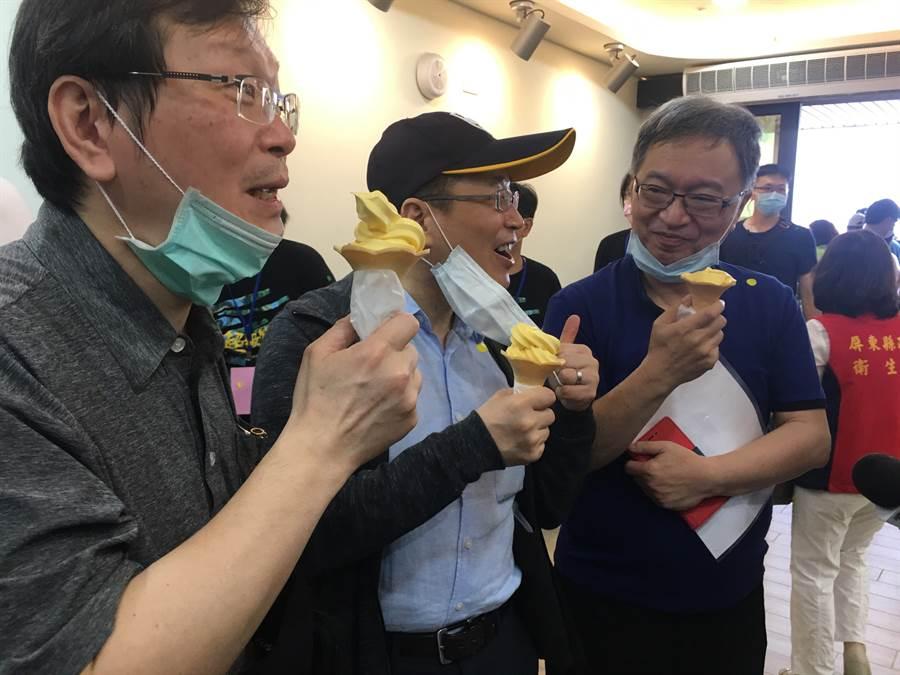 莊人祥、周志浩、薛瑞元吃日照中心準備的霜淇淋。林周義攝