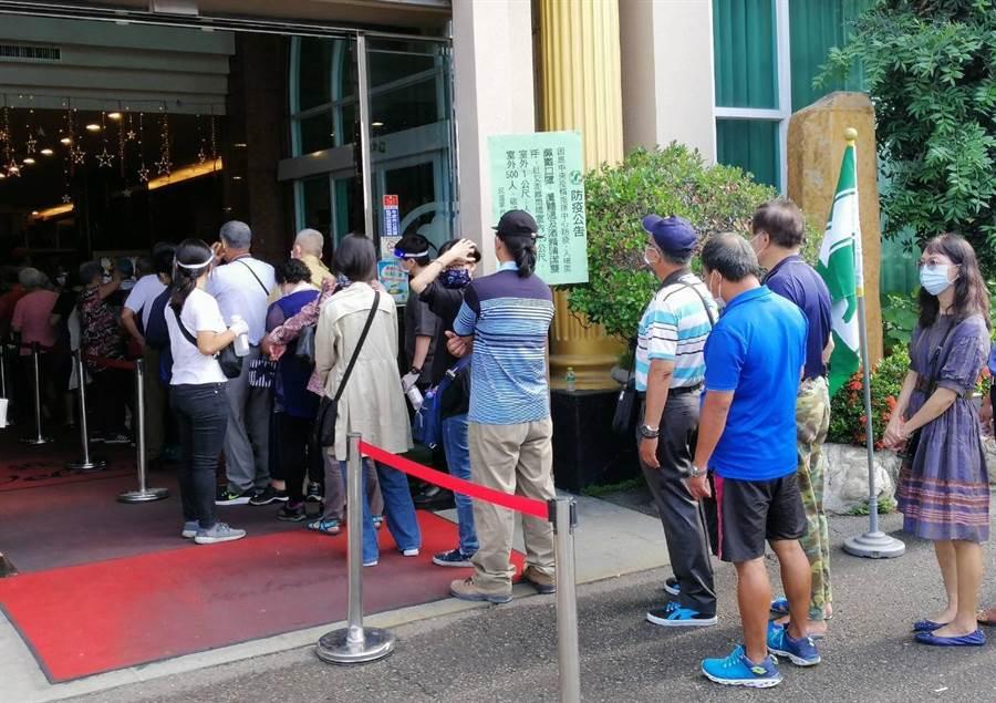 民進黨台中市黨部黨職選舉24日舉行,黨員一早就大排長龍踴躍投票。(盧金足攝)
