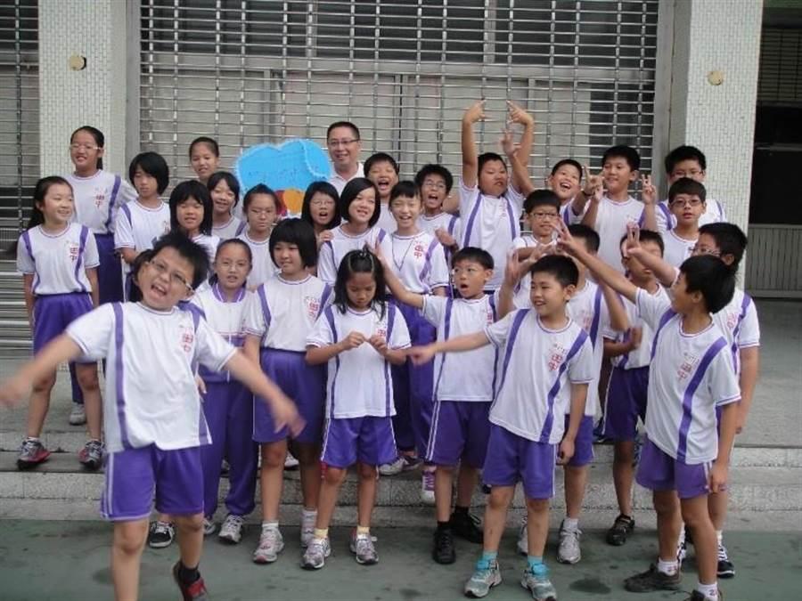 彰化縣田中國小主任賴宗宏的數學課,受到孩子們普遍的喜愛。(教育部提供/林志成台北傳真)