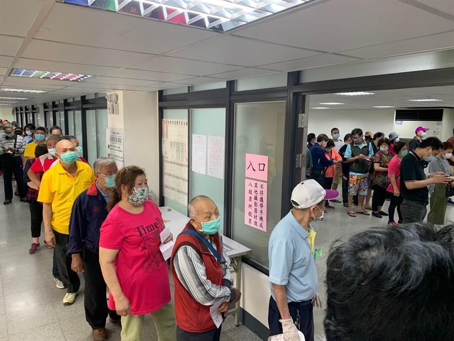 民進黨縣市黨部主委改選今登場,板橋投開票所人潮不少。(許哲瑗攝)