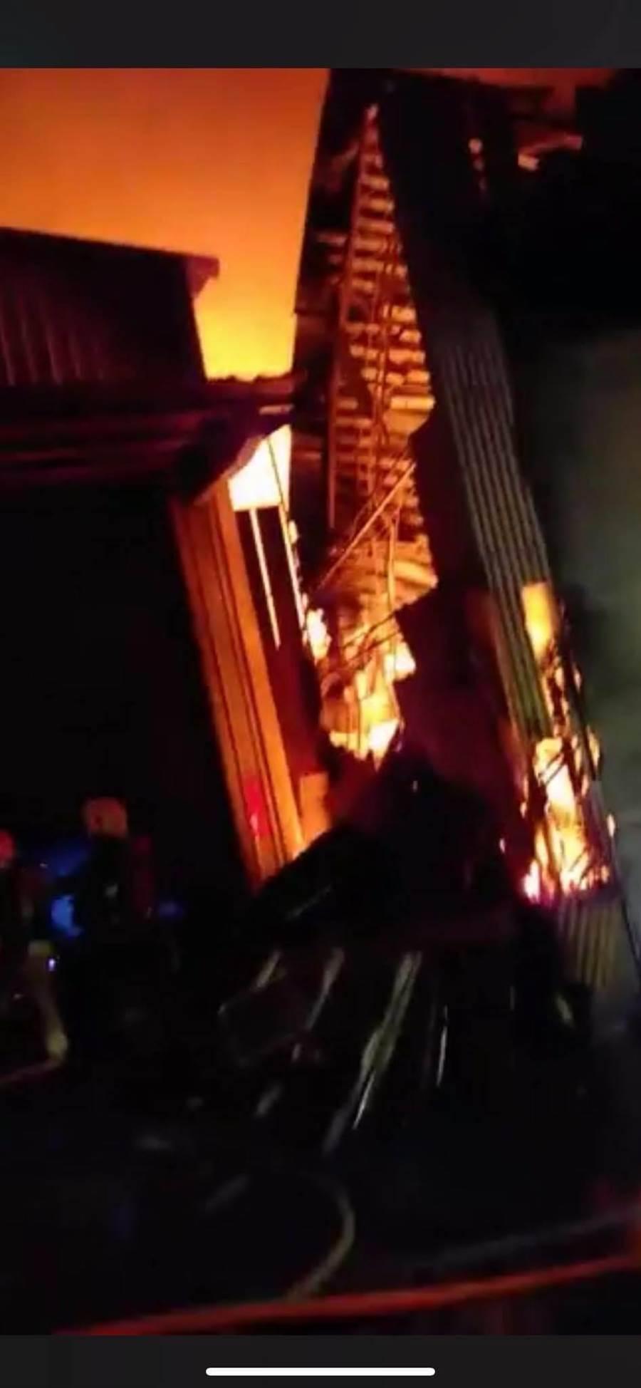 新北市泰山區中港南路某紙製品鐵皮工廠今(24日)凌晨1時許發生火警。(翻攝照片/賴彥竹新北傳真)