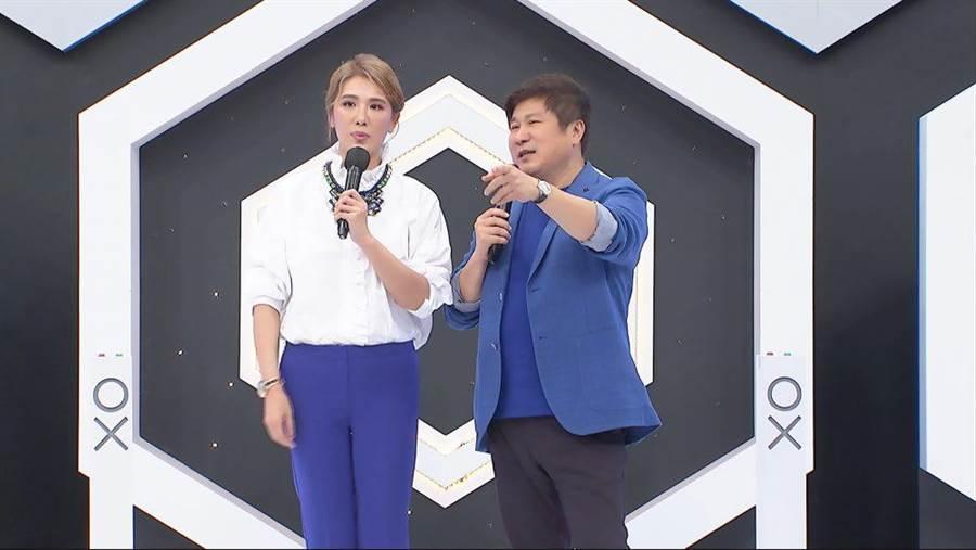 胡瓜(右)、小禎攜手主持《地球人請回答》,逗趣互動笑翻眾人。(中天綜合台提供)