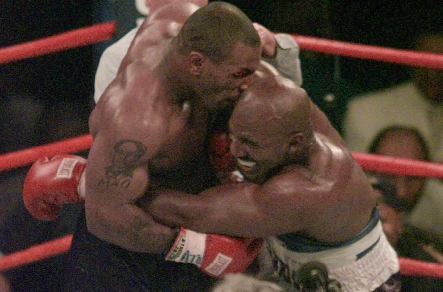 1997年,泰森在拳王重賽中狠狠咬傷了賀利菲德的耳朵。(美聯社資料照)