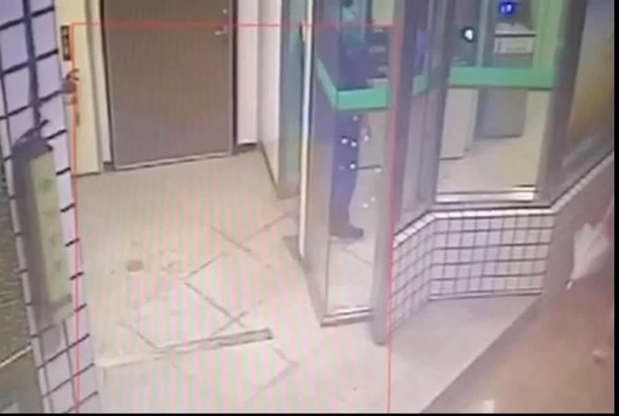 42歲陳姓男子持小刀行槍剛領完錢的李姓女子。(翻攝照片)