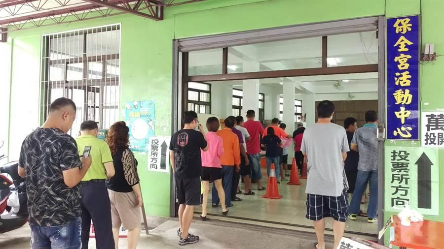 民進黨地方黨公職選舉,黨員前往萬丹鄉保全宮投票。(潘建志攝)