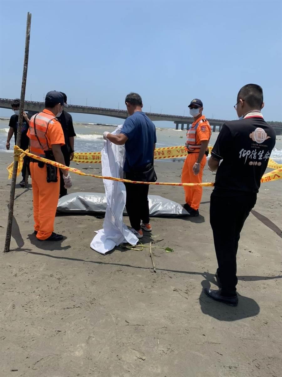 警消與海巡人員將溺斃的男性無名屍體移往殯儀館。(程炳璋攝)