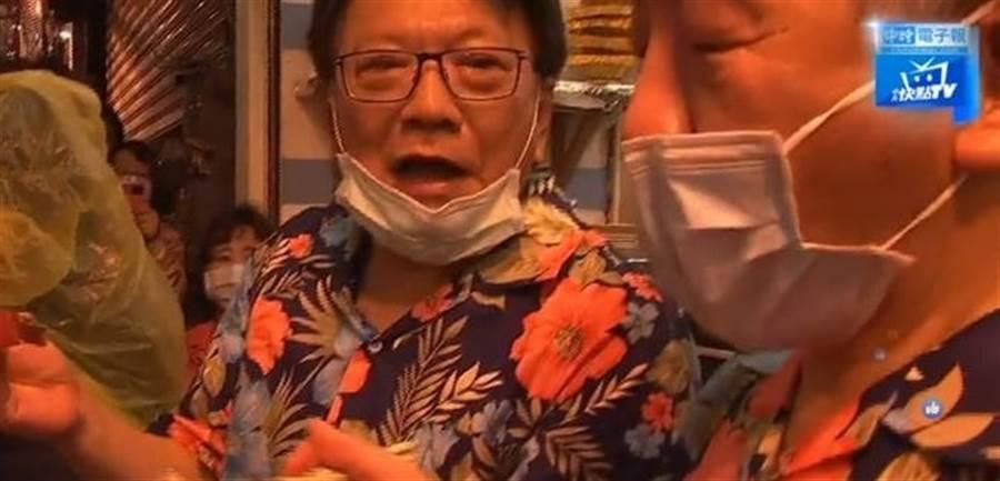屏東縣長潘孟安隨同衛服部長陳時中,23日踏上墾丁大街,大啖生魚片。(圖/中時電子報)