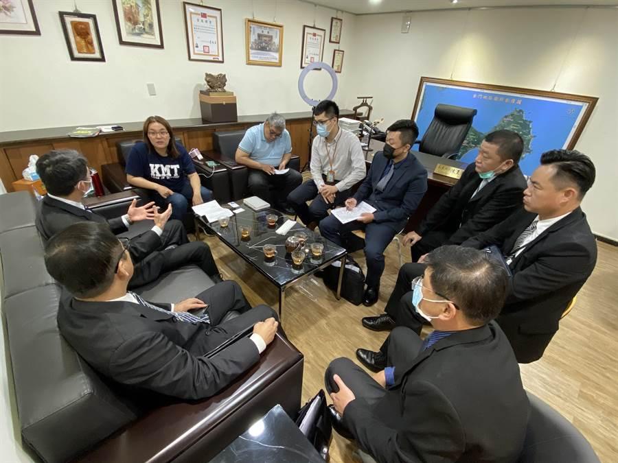 敖以智中將向立委陳玉珍說明,海軍願意配合和協助保存工作。(陳玉珍立委辦公室提供)
