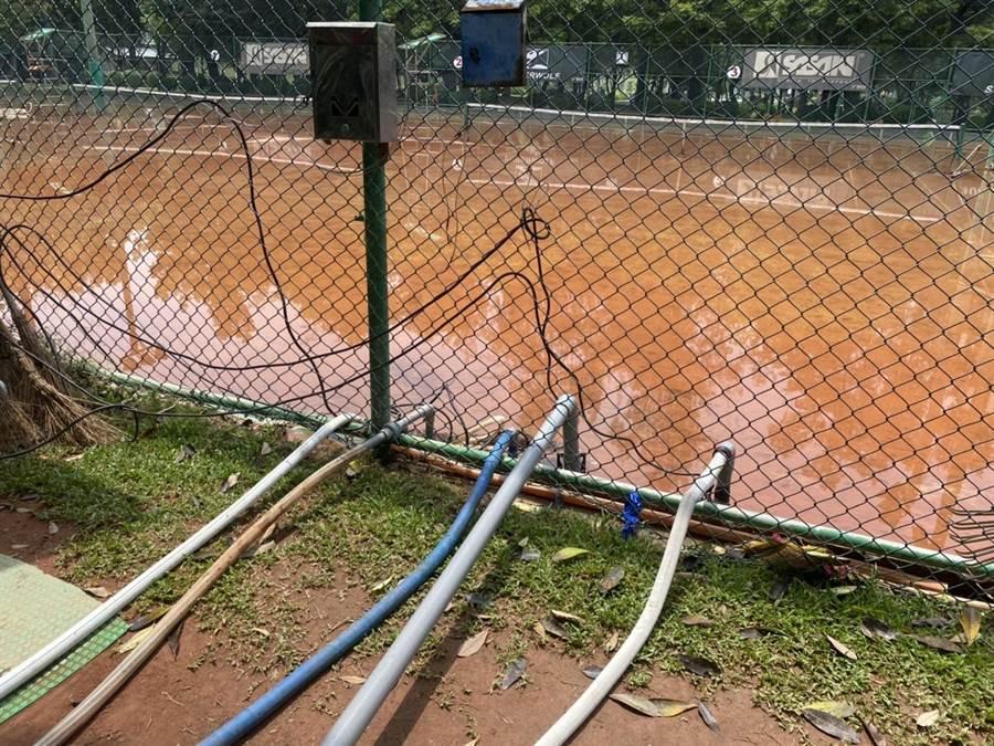 受滯留鋒面及西南氣流影響,南台灣降下豪雨,導致高雄多處積淹水,中央公園民生網球場也成一片汪洋。(高市新聞局提供/洪浩軒高雄傳真)