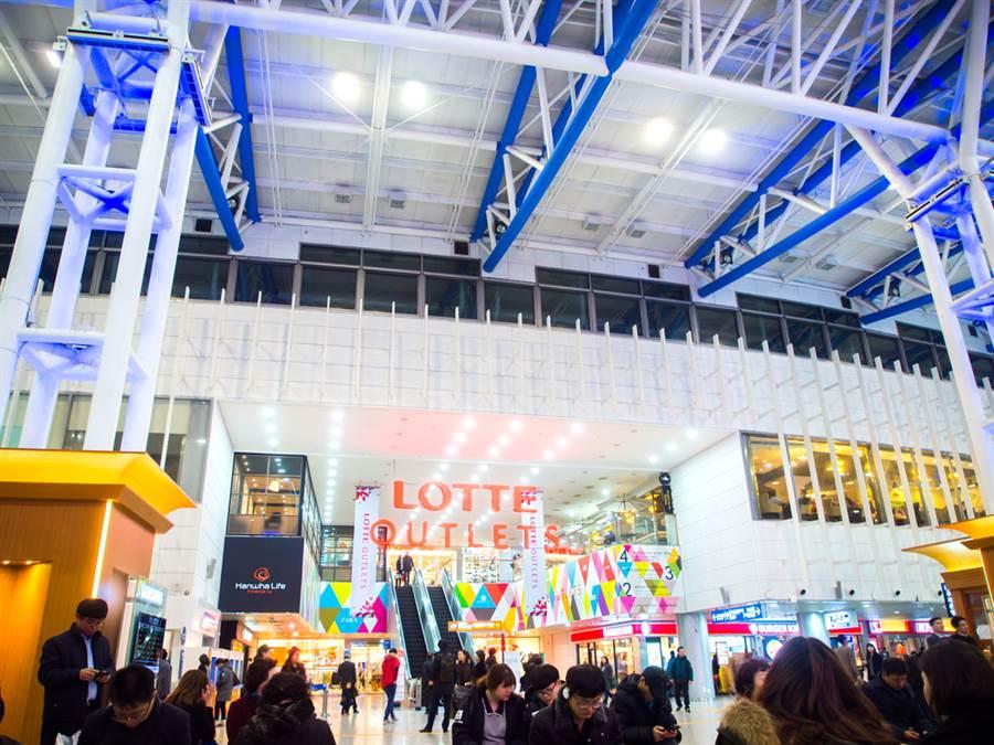 不敵新冠肺炎疫情衝擊,韓國最大連鎖百貨公司樂天百貨(Lotte Shopping)24日宣布,今年內將關閉旗下121間實體店面。(資料照/shutterstock)