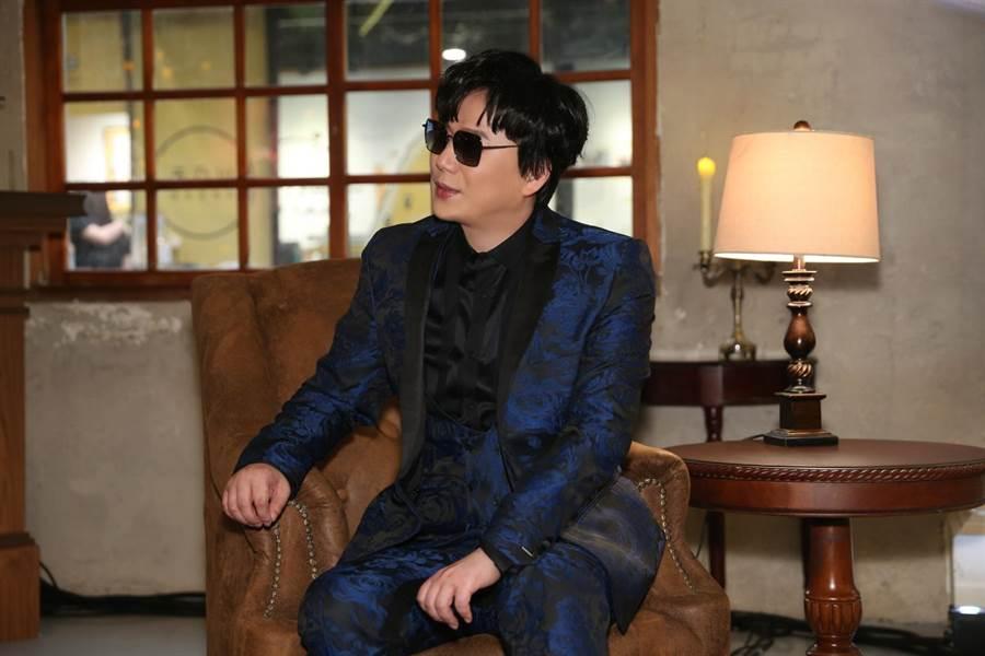 蕭煌奇昨(5月25日)在華山中4A館直播開唱,連唱12首經典金曲。(環球音樂提供)