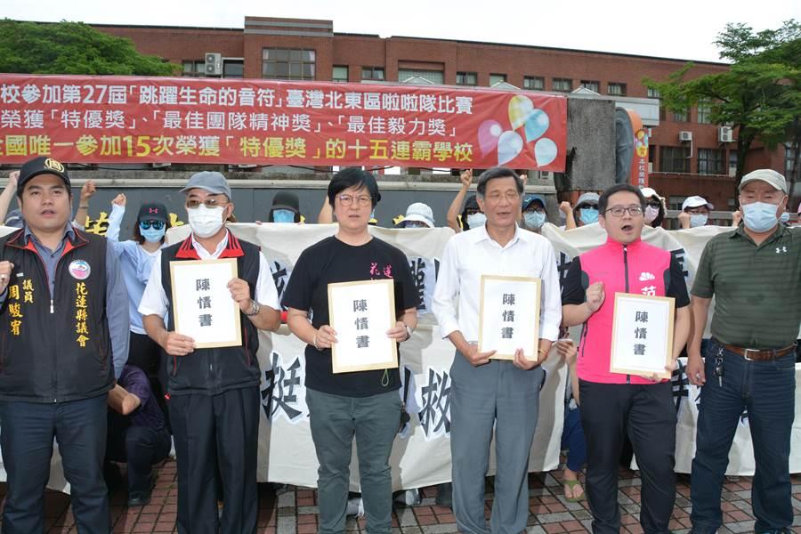 花蓮不分藍綠無黨議員,周駿宥(左ㄧ)、楊華美(左三)、莊枝財(左四)以及多名立委主助理到場關心,要求教育部盡快調查。(許家寧攝)