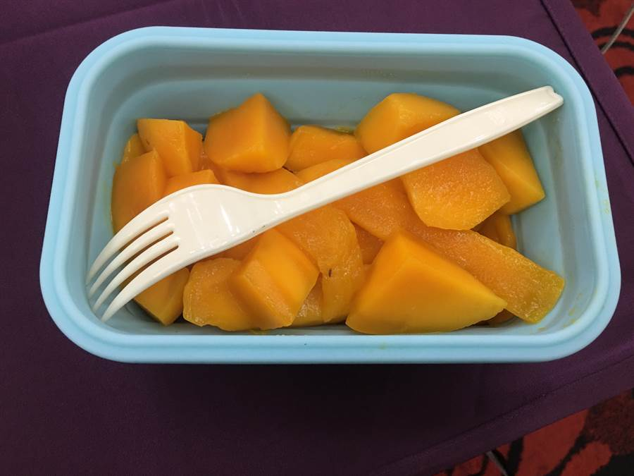指揮官陳時中表示,重複使用的餐具,對地球的保護比較好,並要求現場媒體一同享用芒果。林周義攝