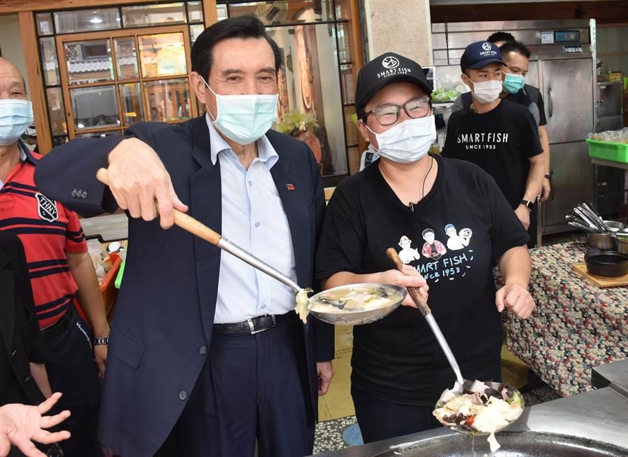 前總統馬英九24日中午到嘉義市「林聰明沙鍋魚頭」用餐,進入餐廳前還跑到攤頭看鍋裡的沙鍋魚頭。(呂妍庭攝)