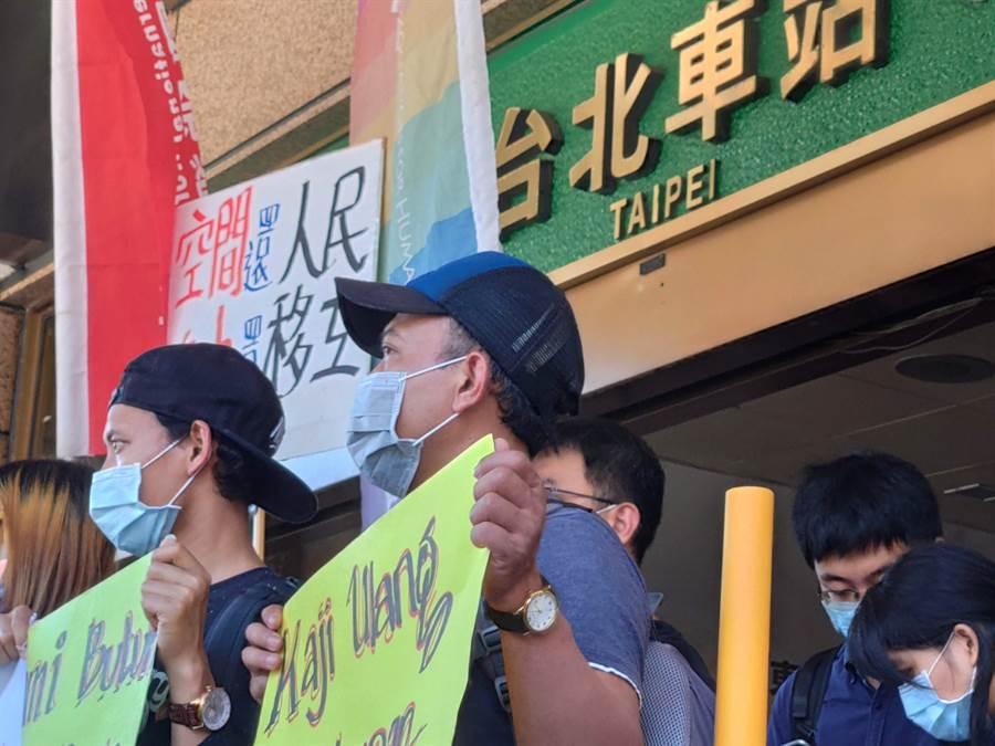 國際勞工協會(TIWA)等團體今天赴台北車站抗議,最後走入大廳席地而坐,他們呼籲,不應訂定規範限制移工、人民使用大廳。(林良齊攝)