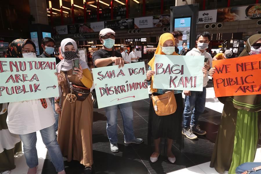 記者會後抗議移工前往大廳舉牌表達訴求。(陳怡誠攝)