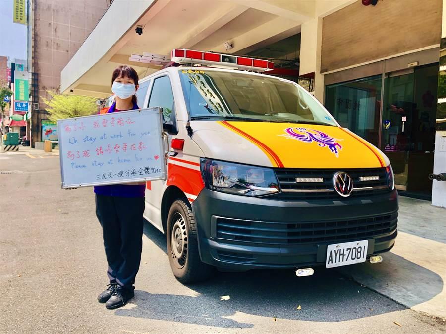 三民消防分隊員黃思婕曾以年紀最輕、資歷最淺榮獲全國十大傑出救護技術員,去年更自費休假組隊參加馬來西亞國際野地救護照護競賽獲得冠軍。(消防局提供/蔡依珍桃園傳真)