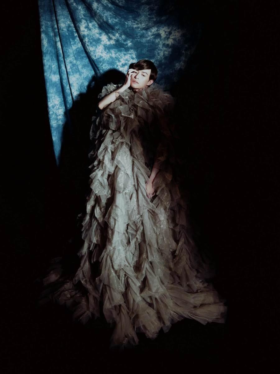 林語菲穿著女神卡卡的愛牌服裝,飄出仙氣。(菲常動人音樂)