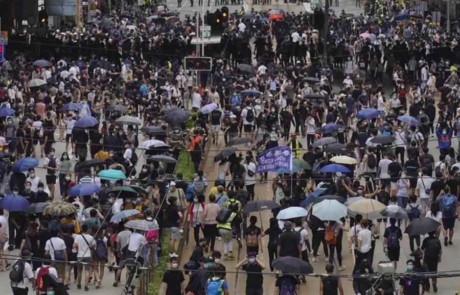 香港民眾上街頭抗議「港版國安法」。(圖/美聯社)