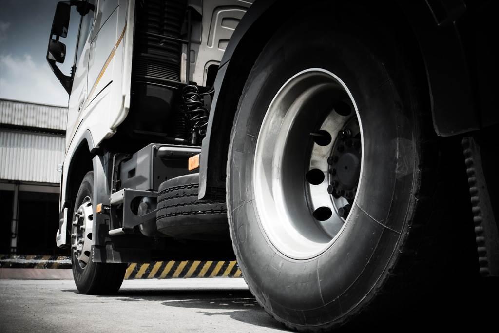 貨車輪胎外側飄的「橡膠條」幹嘛用?神用途曝光(示意圖/達志影像)