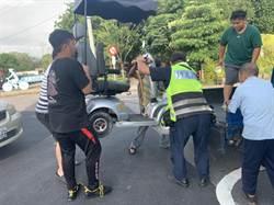 9旬翁電動代步車拋錨 警民合力搬上車