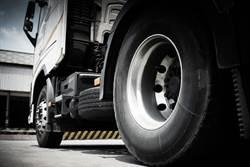 貨車輪胎外側飄的「橡膠條」幹嘛用?神用途曝光